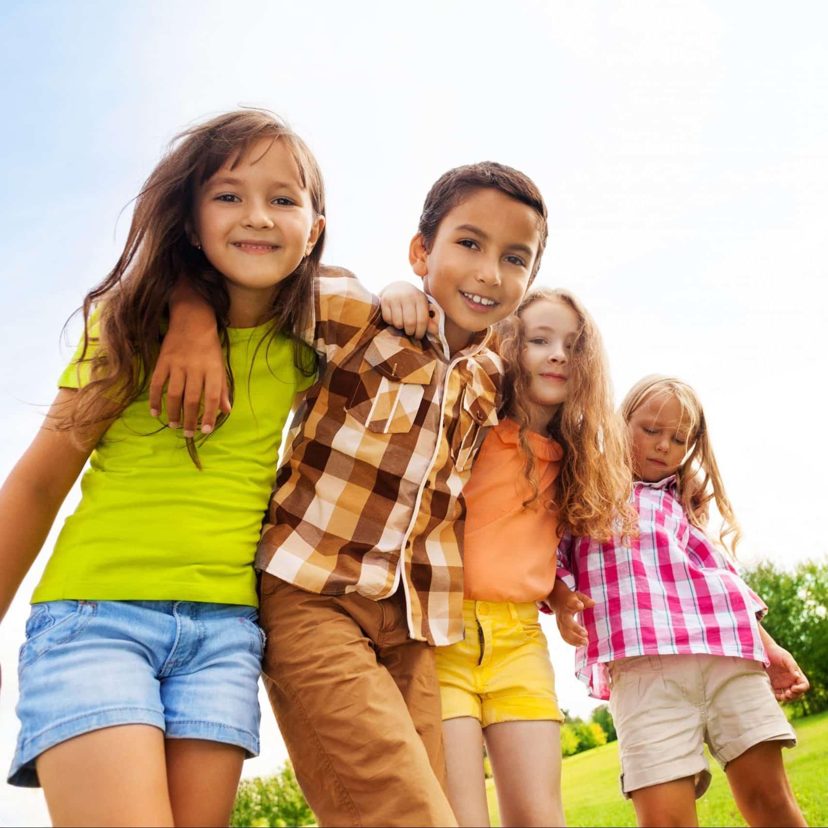 4 Kinder spielen im Sommer