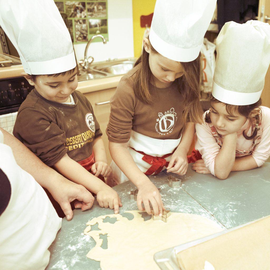 Aurora Kindergarten Sponsoring Aktion Kinder backen Plätzchen