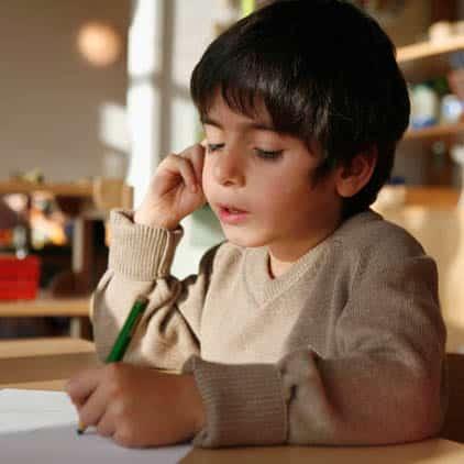 Junge malt ein Bild im Kindergarten