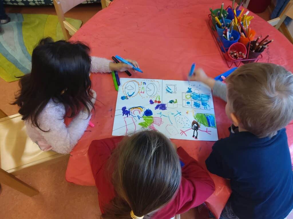Kindergartenkinder malen ein gesponsortes Adapteo-Malposter aus