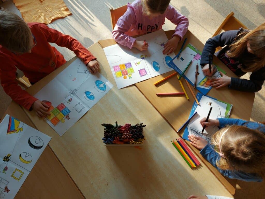 Kindergartenkinder malen Adapteo Bilder im Rahmen einer Sponsoringaktion aus
