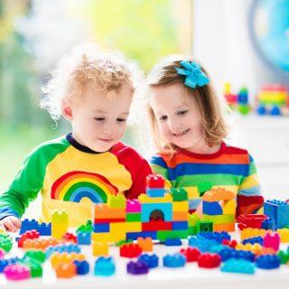 Kinder mit Klemmbausteinen im Kindergarten