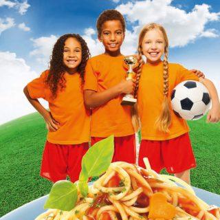 3 Kinder mit Pokal und Fussball und Spaghetti